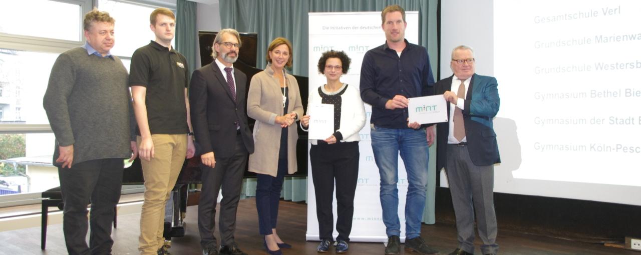 Ministerin Gebauer überreicht Siegel »MINT-freundliche Schule«